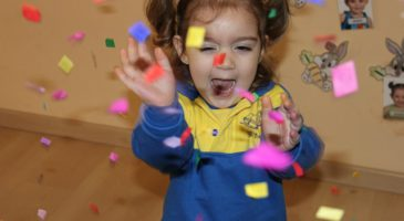 Conills playing with confetti!!